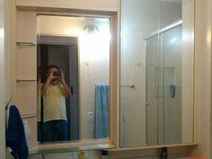 *ARMÁRIO DE BANHEIRO* Economiza bastante espaço.  Do lado direito portas se abrem com um empurrão  (click). Tudo espelhado para dar amplitude ao ambiente. Prateleiras laterais de vidro.