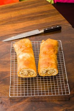 Easy Apple Strudel Recipes-Some clichés are clichés for grounds. While you believe Appel Strudel on a niche site featuring Viennese foodstuff is alm. Easy Apple Strudel Recipe, Strudel Recipes, Apple Recipes, Austrian Desserts, Granny's Recipe, Apple Bread, Cooking Equipment, Sweet Tarts, Food Videos