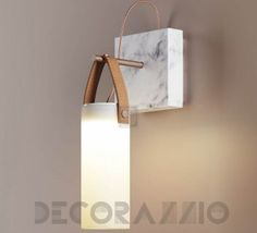 The Galerie of Fontana Arte wall lamp is inspired by old oil lamps that evoke the Belle Epoque. This lamp is the work of the designer Federico Peri who.