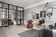 Scandinavische studio met glazen scheidingswand