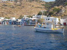 Een bont gekleurd fenomeen zijn de syrmata die u overal langs het water ziet op Milos. Ze zijn een opvallende verschijning tussen de rosten aan de kust van Milos. Als u goed kijkt, ziet u dat ze niet alleen decoratief zijn, maar ook nog steeds een functie hebben. Het zijn traditionele vissershuisjes langs de rand van het water.  #Syrmata #Milos #Melos #Griekenland #Greece #Travel #Reizen Holiday, Vacations, Holidays, Vacation, Annual Leave