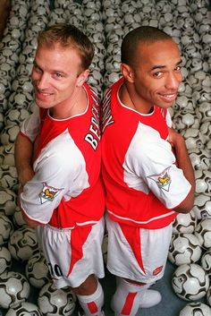 Dennis Bergkamp and Thierry Henry Legends Football, Football Icon, Best Football Players, Football Is Life, Uk Football, World Football, Arsenal Fc, Arsenal Soccer, Arsenal Players
