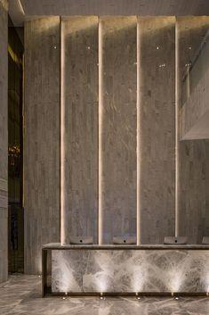 Wall Design Hotel Lobby Lighting Ideas For 2019 Hotel Lobby Design, Modern Hotel Lobby, Luxury Hotel Design, Luxury Bar, Reception Desk Design, Reception Counter, Lobby Reception, Modern Reception Area, Hotel Reception Desk