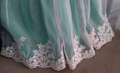 """11 curtidas, 2 comentários - O ateliê (@oatelie) no Instagram: """"Bom dia com os detalhes desse vestido de #princesa 👗👑 bico de #renda aplicada à mão em toda a…"""""""