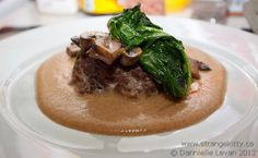 A big hearty beef burger patty, with a slightly nippy almond satay sauce, sautéed mushrooms and spinach.