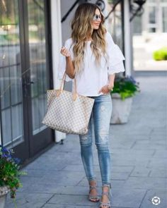 Casual Monday Ruffle Sleeves Ripped Jeans , You can collect images you discovered organize them, add your own ideas to your collections and share with other people. Fashion 2017, Look Fashion, Fashion Outfits, Womens Fashion, Fashion Trends, Fashion Beauty, Jeans Fashion, Zara Fashion, Fashion Bloggers
