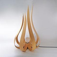 On ne se lasse pas de vous présenter les créations de Jean-Damien Badoux, designer autodidacte qui sublime le bois en créant des meubles et des objets qui vont au-delà de la simple fonctionnalité mais qui procurent de véritables émotions. La dernière née de la collection ORA est une lampe réalisée en multiplis de bouleau et de bambou et dont les éléments en bois courbé rappellent les flammes d'un feu. Comme les autres pièces de cette collection, la lampe est à la fois sculpturale et...