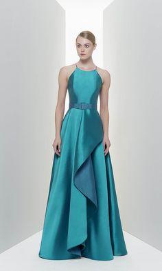Vestidos de formatura minimalistas. Clique e confira mais 28 modelos de vestidos de formatura e muitas dicas para formandas e convidadas.