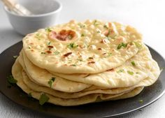 Amateur naan bread or Indian cuisine? Here is an easy recipe for making an absolutely perfect naan bread at home! Homemade Naan Bread, Recipes With Naan Bread, Recipe Of Naan, Nann Bread Recipe, Homemade Sushi, Homemade Recipe, Comida India, Good Food, Yummy Food