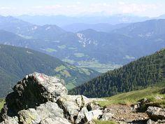 Mit 500 km² ist der Outdoorpark Oberdrautal das größte Sportareal Kärntens. Zentrales Angebot ist das weitverzweigte Wanderwegenetz zwischen Lienzer Dolomiten, Gailtaler Alpen und der Kreuzeckgruppe. Zum Start der Sommersaison haben die acht Gemeinden des Outdoorparks ein neues Besucherleitsystem installiert, das die Gäste bequem zu den über 50 attraktiven Naturerlebnisschauplätzen führt. Newsreader, Mountains, Nature, Travel, Communities Unit, Family Vacations, Tours, Alps, Hiking