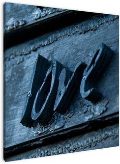 'Love', houten tekst op een gevel