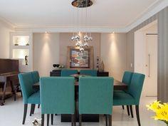 Cadeiras azul turquesa + parede bege + papel de parede + porcelanato claro