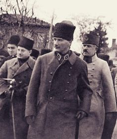 Mustafa Kemal'imiz, Tavşancıl istasyonunda indiği vagondan 25. Topçu Alayı'na doğru yürüyor.  Muzaffer Kılıç, Mustafa Kemal, Kazım Karabekir Turkish War Of Independence, Turkish Army, Movie Black, The Turk, War Photography, Great Leaders, World Peace, Black Sea, Historical Pictures