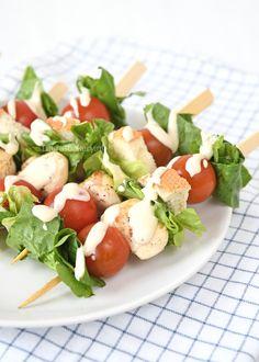 Heerlijk voor bij een bbq, buffet of gourmet: caesar salade spiesjes! Met slechts een handvol ingrediënten maak je een bod vol van deze spiesjes.