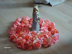 Familia Católica: Reza el Rosario, ofreciéndole flores a la Virgen