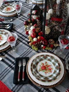 ♥I love the brown with floral. Not so typical of a fall table. Beautiful