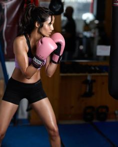 Girls Boxing Guide - Girls Boxing Guide - Boxing Cardio Training Ideas -Kickboxing or just Boxing is an amazing workout! It also helps to relieve stress too! Fitness Motivation, Fitness Goals, Health Fitness, Weight Lifting, Boxe Fight, Boxe Fitness, Fitness Inspiration, Forma Fitness, Workout Motivation