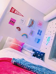 18 Dorm Room Essentials Create a Stylish Space for Lounging Studying & Sleepin Dorm Room Decor Ideas Create dorm Essentials Lounging room Sleepin Space Studying Stylish Bedroom Decor For Teen Girls, Teen Room Decor, Room Ideas Bedroom, Tumblr Room Decor, Girl Bedrooms, Dorm Room Designs, Neon Room, Cute Room Ideas, Cute Dorm Rooms