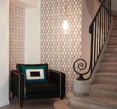 Papier peint géométrique imitation zelliges dans l'entrée. Papier peint Sarah Lavoine x Nobilis