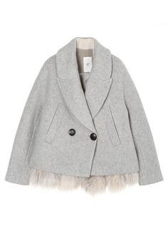 유니크한 디자인이 돋보이는 코트입니다. 밑단에 천연모피로 포인트를 준 베스트 속장이 있어 다양한 연출이 가능합니다. 포켓과 투버튼으로 디자인과…