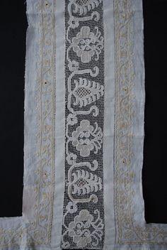 Středový pás z obřadní plachty, výšivka na plátně a na síti, Luhačovice, konec 18. století. Sbírka Muzea jihovýchodní Moravy ve Zlíně