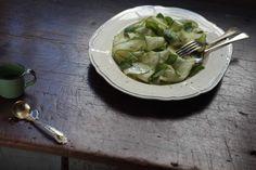 Salada de abobrinha com hortelã   Esta saladinha surpreende: pra começar, a abobrinha é crua e cortada em fatias finas. E a adição de folhas frescas de hortelã dão um toque de frescor.
