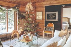 This small cedar cottage in Canada is usually rented by residents of large cities for an ideal weekend by the lake in the tranquility of unspoiled nature, ✌Pufikhomes - source of home inspiration Style At Home, Charlie Brown Tree, Old Plates, Home Design Magazines, Green Palette, Cedar Trees, Canada, Fireplace Mantels, Christmas Pictures