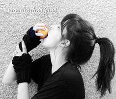 Par de luvas sem dedos (tipo polainas de mão) que podem ser usadas como punho também. Por não ficar presa nos dedos pode ser colocada alterando as extremidades.  Esse modelo de luvas além de charmoso facilita os movimentos das mãos, inclusive para digitar, escrever e dirigir.   Tramada em crochê com fio acrílico preto.