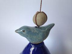 Detalhe comedouro para passarinho, ceramica alta temperatura