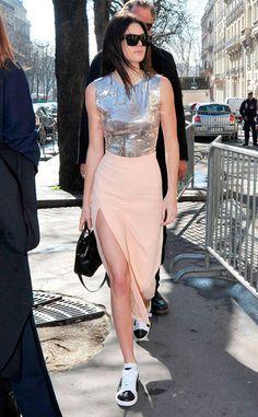 Kendall Jenner apostou na blusa metálica, saia midi rose e tênis.
