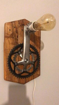 Maßgeschneiderte Upcycled Fahrrad-Wandleuchte aus recycelten Fahrradteilen und Palettenholz … - Holz DIY Ideen Bespoke upcycled bicycle wall light made from recycled bicycle parts and pallet wood . Old Wood Projects, Diy Pallet Projects, Pallet Walls, Pallet Wood, Wood Wood, Recycled Bike Parts, Wood Pallet Recycling, Steampunk Lamp, Bicycle Art