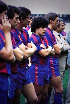 Maradona no Barcelona de 1982. Dá uma olhada no bolsinho com botão do calção dos jogadores. Mais inútil impossível.
