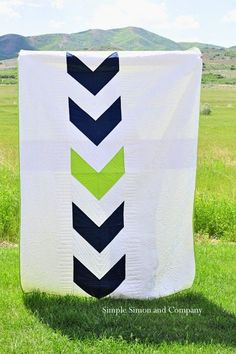 An Arrow Quilt for a Boy's Room - Simple Simon and Company made with squares made into HSTs and then banded with white. Quilting Projects, Quilting Designs, Sewing Projects, Quilting Tips, Backing A Quilt, Quilt Blocks, Quilt Baby, Boy Quilts, Arrow Quilt