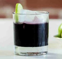 The hangover-smashing Black Magic cocktail combines beet juice with activated charcoal—the latest detox trend that claims to help dispel unwanted toxins. Don't be turned off by the jet-black hue, the charcoal itself is tasteless. Juice Smoothie, Smoothies, Smoothie Drinks, Detox Drinks, Best Halloween Movies, Halloween 2016, Halloween Ideas, Halloween Party, Activated Charcoal Benefits