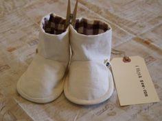 Baby Boots PDF Pattern  / Free Bib Pattern door ithinksewdotcom