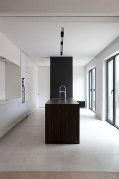 minimal kitchen black & white | kitchen . Küche . cuisine | Architekt: HET Atelier Interieur |
