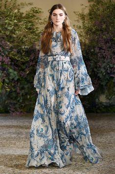 Luisa Beccaria at Milan Fashion Week Fall 2018 Hijab Fashion, Boho Fashion, Fashion Dresses, Fashion Women, Fashion Brands, Beautiful Dresses, Nice Dresses, Moda Floral, Luisa Beccaria