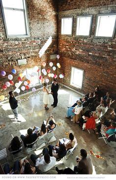 Vrolijk gekleurde helium ballonnen met helium in de kerk. www.hiephiepballon.nl
