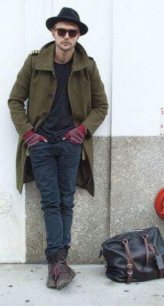 Comprar ropa de este look:  https://lookastic.es/moda-hombre/looks/abrigo-largo-camiseta-con-cuello-barco-vaqueros-botas-bolsa-de-viaje-sombrero-guantes-gafas-de-sol/4290  — Sombrero Negro  — Gafas de Sol Marrónes  — Botas de Cuero Marrón Oscuro  — Vaqueros Gris Oscuro  — Guantes de Lana Burdeos  — Camiseta con Cuello Barco Negra  — Abrigo Largo Verde Oliva  — Bolsa de Viaje de Cuero Negra