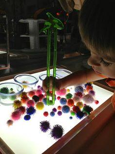 Separar pompones en la tabla luminosa.