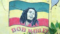Bob Marleys Kingston-Bei einer Tour durch Jamaikas Hauptstadt Kingston lernen Teilnehmer mehr über die Geschichte der Rastafari-Bewegung kennen. Gleichzeitig stehen die Orte auf dem Programm, die den jungen Bob Marley am stärksten beeinflusst haben. Die Tour startet in Trench Town – angeblich hat Marley hier Gitarre spielen gelernt – bevor es weitergeht zum Bob Marley Museum. In diesem Haus hat der Sänger bis zu seinem Tod 1981 gewohnt und viele seiner Songs aufgenommen. Sechs Jahre später…