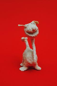 Perro prehistórico, modelo de frente. Realizado con alambre, corcho y papel maché.