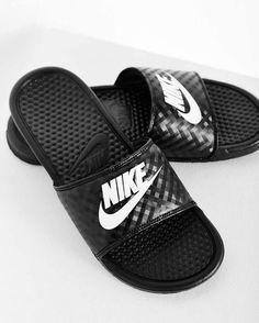 Slides: Nike Benassi 'Just Do It'. Hier entdecken und shoppen: http://sturbock.me/eS3