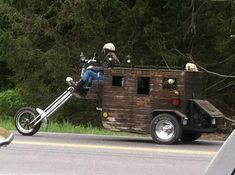 Motorcycle Stage Couch with a little kick. I could go West in that. Would make one heck of a get away camper for weekend outings. I love any custom trike or chopper. Custom Trikes, Custom Cars, Cool Motorcycles, Hot Bikes, Motorcycle Style, Motorcycle Camping, Tricycle, Camping Hacks, Funny Camping
