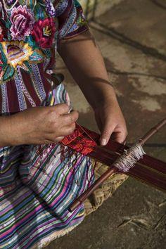 Tejiendo una faja típica de Patzún con telar de palitos en Chuinimachicaj