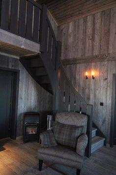 Trepanelen hentes ut fra gamle gårder og driftsbygninger i Canada som skal rives. Utvendige paneler tas forsiktig ned og gjøres klare for nytt liv som veggpaneler i en hotellbar, fjellhytte eller en moderne ny bolig midt i en storby et sted. Veggpanelene gjør seg godt mot gamle rustikke møbler så vel som i et stramt minimalistisk miljø. Trepanelene kommer i tresorter som Ask, Alm og lys furu og kan leveres i lengder opp til 10 meter. Innvendig panel rustikk. Tregulvene på bildene er laget…
