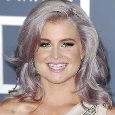 Kelly Osbourne cabelo cinza.