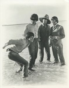 The Beatles rock n roll band posing in ocean vintage music photo Foto Beatles, Beatles Funny, Beatles Photos, The Beatles Help, Beatles Love, Les Beatles, Paul Mccartney, Liverpool, Abbey Road