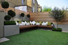 Estupenda terraza con césped artificial y bancos de madera #cespedartificial #allgrass.es cliente Alejandro