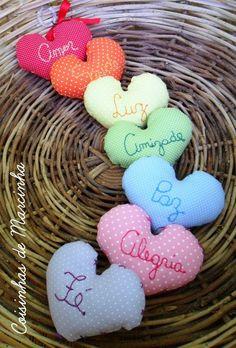 O que te desejo: Fé, Paz, Luz, Amor, Amizade, Alegria, Saúde Para decorar, presentear...lindos corações em tecido unindo cores e significados bordados. MEDIDAS: 11 X 7 CM (cada coração aproximadamente) *Feito em tecido e bordado manualmente. R$52,00